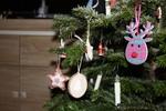 Der Weihnachtsbaum und Schmuck