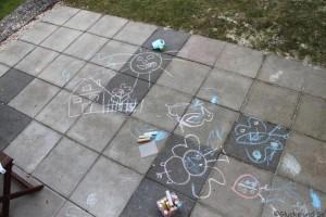 da es geregnet hat war klar dass wir wieder kreativ werden müssen um der Terrassenplatten ein schönes Antlitz zu verschaffen