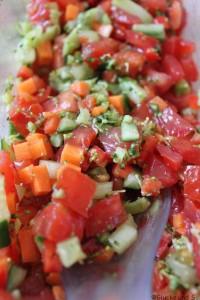 es gab wieder leckeren Salat, diesmal Gurke, Paprika,Tomate und Brokkoli in einer dunklen Balsamico-Vinaigrette