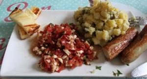 Wir sind süchtig nach grillen und so gab es Grillkäse, Würstchen, Kartoffelsalat und Tomaten-Mozzarellasalat