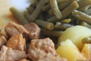 Gulasch mit Bohnen und Kartoffeln -ziemlich deutsch oder?