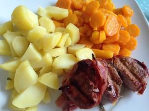 Unser Mittagessen bestand aus Schweinemedaillons im Speckmantel mit Möhrchen und Kartoffeln