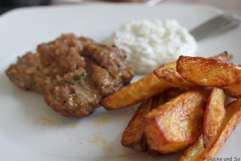 Bifteki Kartoffelspalten Tzaziki