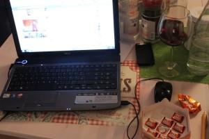 So ungefähr sieht das aus wenn ich am Blog arbeite, Wein & Schoki dürfen nicht fehlen.