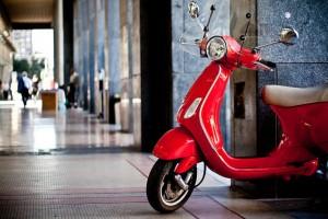 20-tatsachen-ueber-italien-von-cosmopolimam rote Vespa