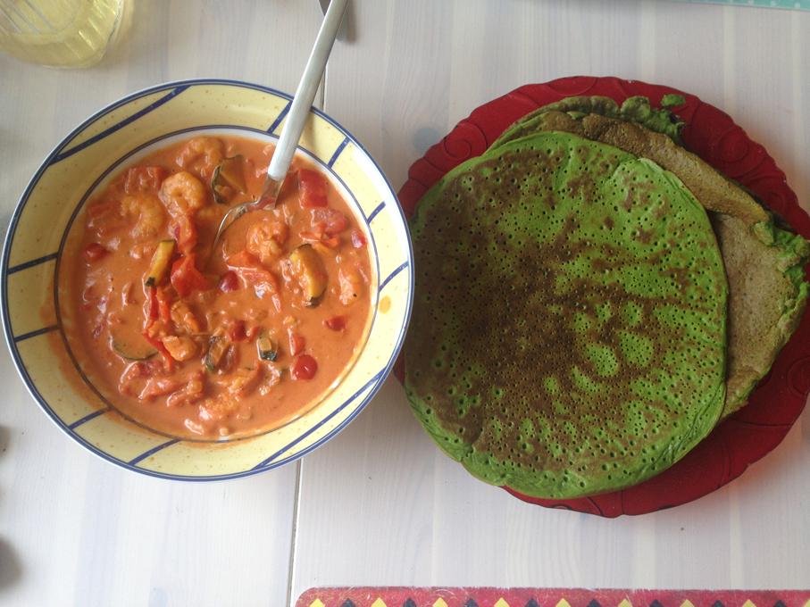 Gefüllte Pfannkuchen mit Tomaten, Shrimps, Paprika, Knoblauch