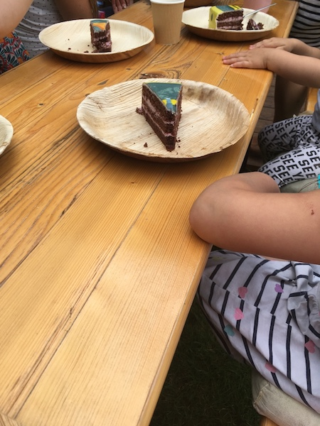 Geburtstagsparty-Torte-essen