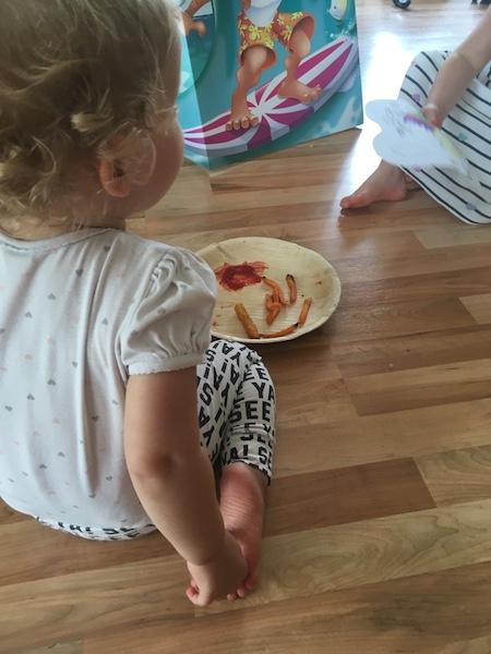 Geburtstagsparty-essen-auf-Boden