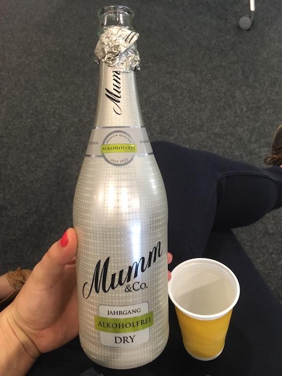 bei mami Startup startet man mit Mumm Sekt alkoholfreie um über SEO zu sprechen