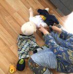 Baby-Kruemel-Anziehen