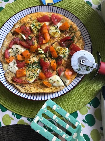 Omelett-Pizza schneiden