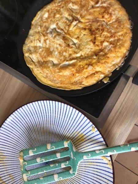 Omelett-Pizza wenden