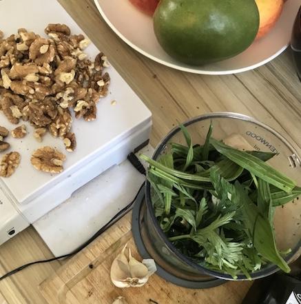 wildkraeuter Pesto Walnuesse Knoblauch