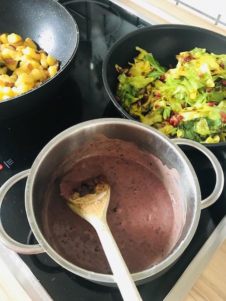 granatapfels in einem Topf, Spitzkohl mit Granatapfelkernen in einer Pfanne und ein Ausschnitt von Bratkartoffeln in einer Pfanne
