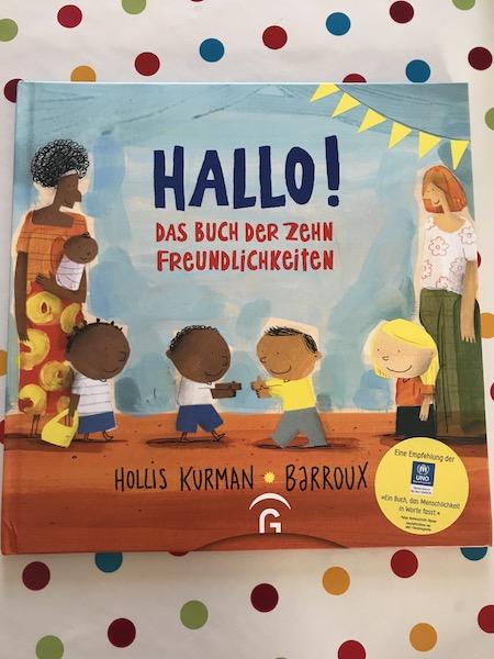 ein Buchcover mit einer Flüchtlingsfamilie und ihren drei Kindern sowie einem weiteren Kind und einer Frau Titel ist hallo das Buch der zehn Freundlichkeiten